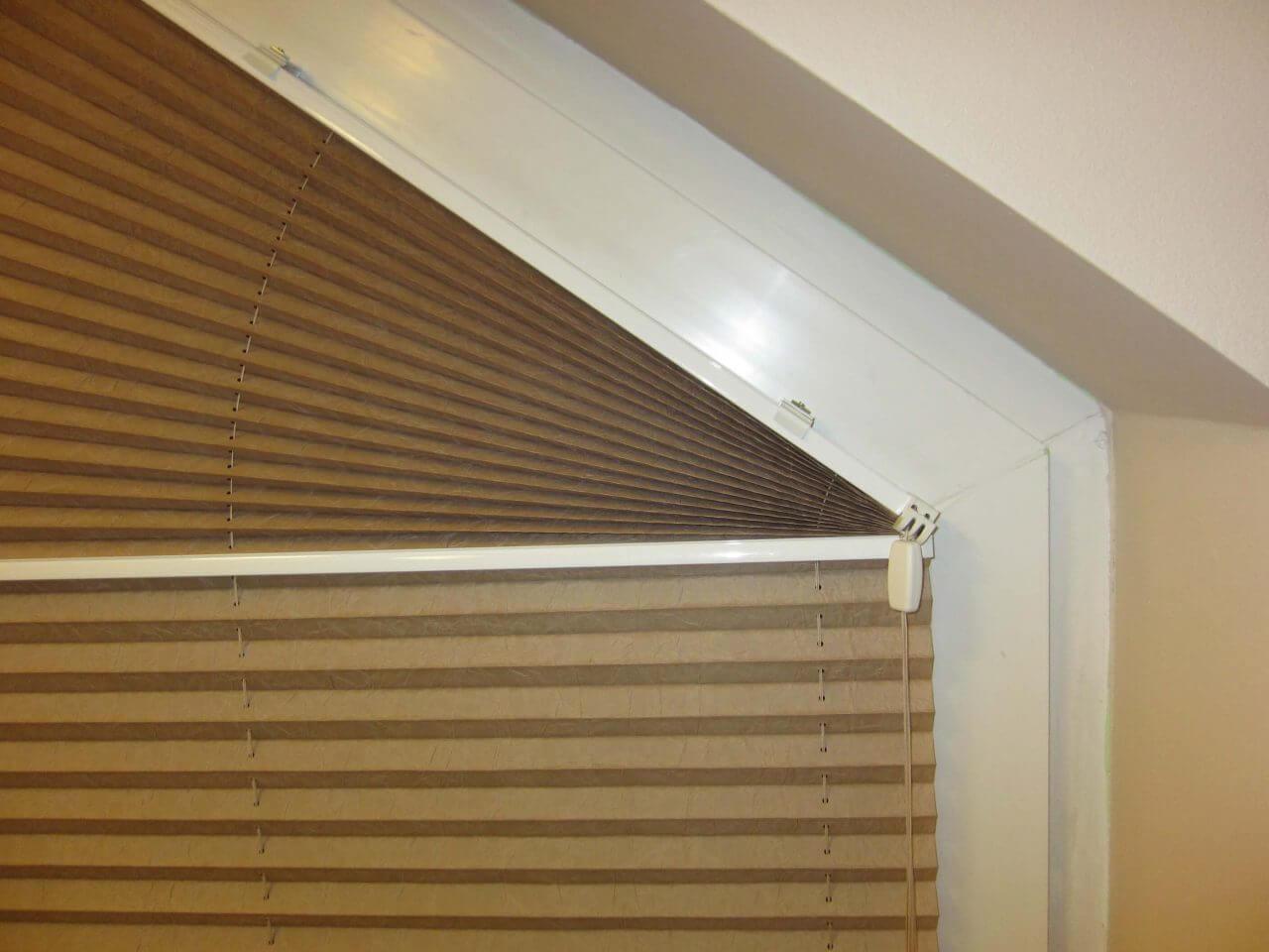 montaż plisy w oknie niestandardowym