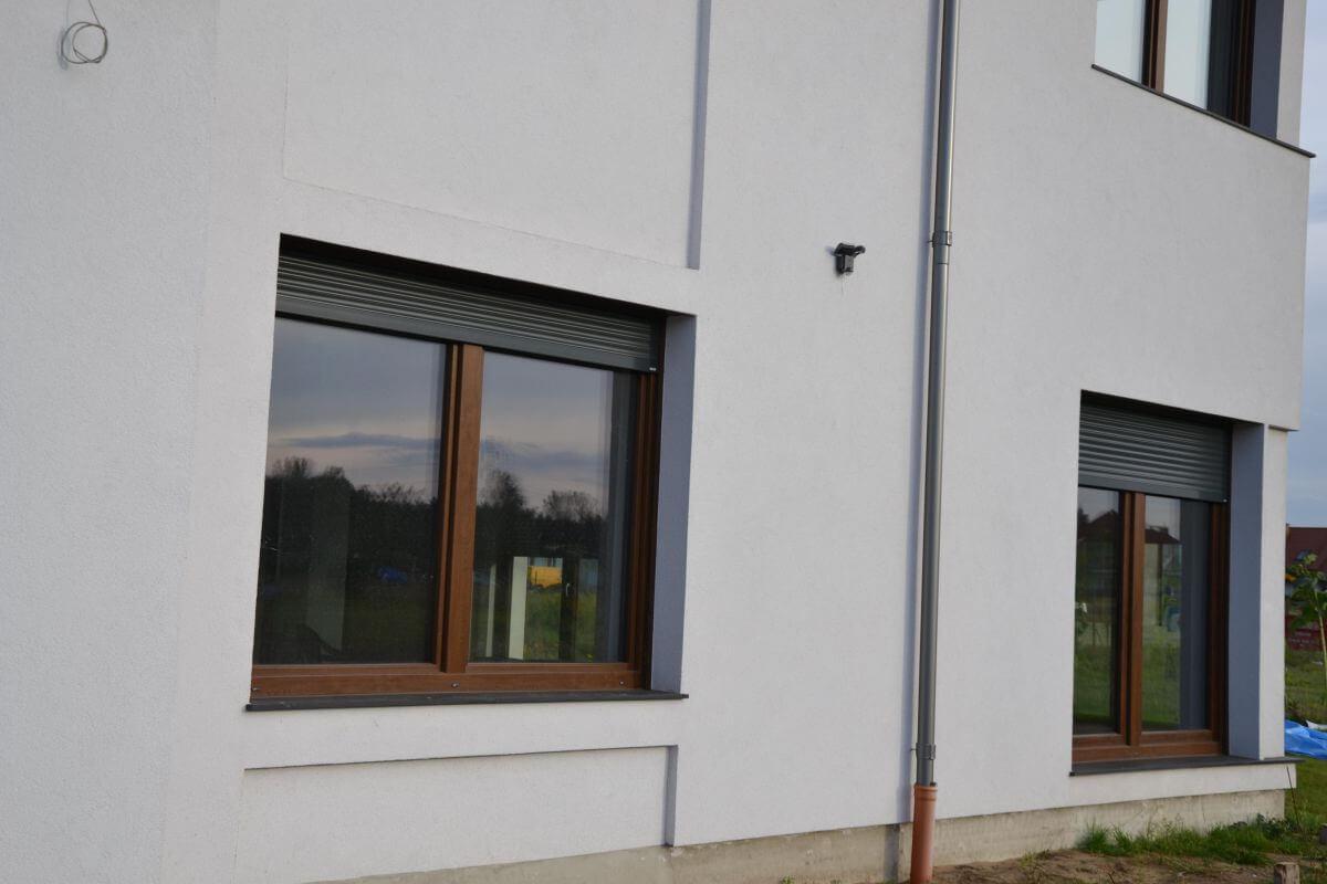 Bezpieczna roleta zewnętrzna w oknach parterowych