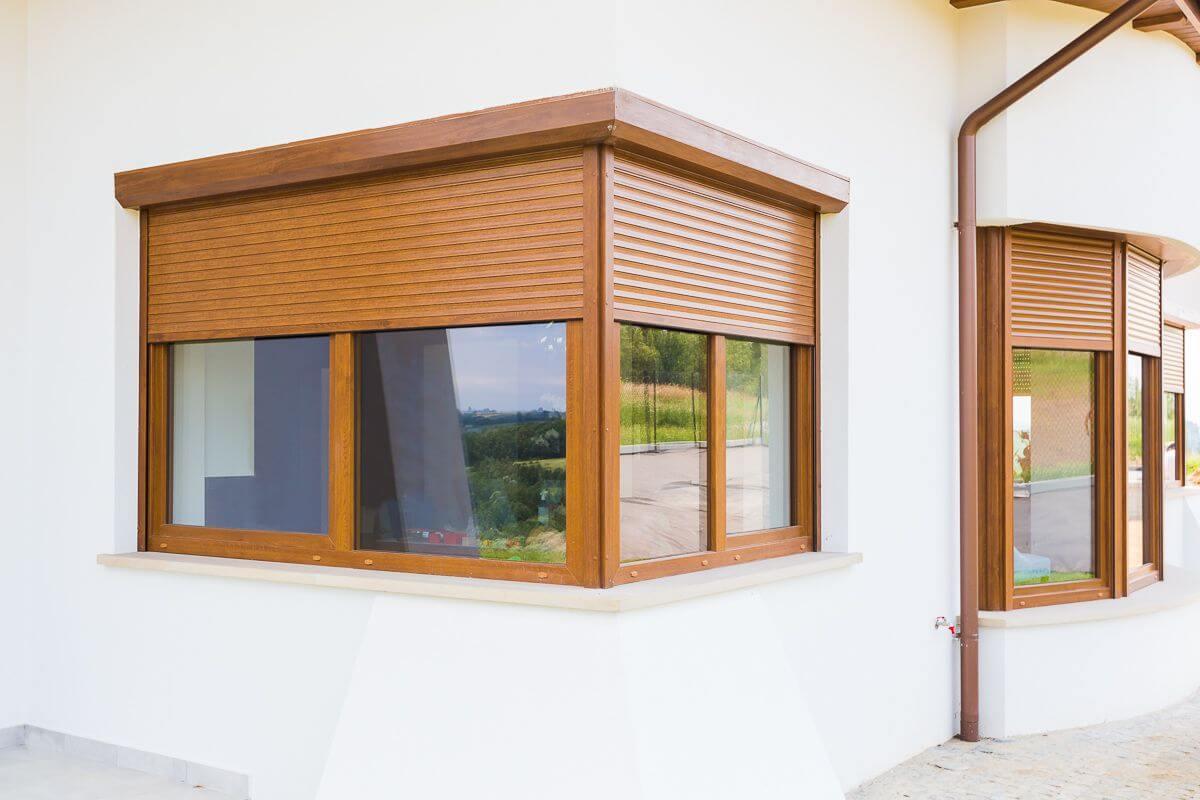 Roleta zewnętrzna w oknie narożnym